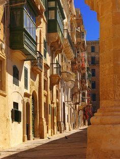 Narrow medieval street in Valletta, Malta (by albireo2006).
