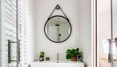 Une petite salle de bains bien installée dans un studio.