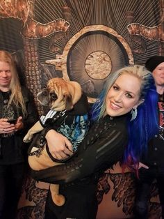 dog and his mistress singer Arch Enemy Alissa White Gluz Chica Heavy Metal, Heavy Metal Girl, Heavy Metal Bands, Death Metal, The Agonist, Tattoed Women, Alissa White, Arch Enemy, Metal Stars