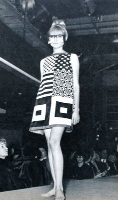 Jacques Esterel Op-Art dress 1966 mod dress mini shift black white bold graphic print sleeveless mid fashion show model 60s And 70s Fashion, Mod Fashion, Fashion Art, Fashion Show, Vintage Fashion, Fashion Design, Fashion Black, Gothic Fashion, Fashion Models