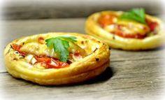 Nakupte listové těsto a připravte křupavé slané koláčky á la pizza. Party Finger Foods, Pizza, Bruschetta, Baked Potato, Menu, Baking, Hot, Ethnic Recipes, New Years Eve