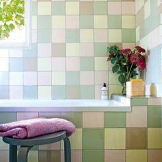 •Une jolie salle de bains pastel en damiers, chaleureuse  et familiale (Leroy Merlin)