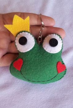 The felt keyring is pure beauty and cuteness and is the kind of souvenir that guests love to receive. Sewing Toys, Sewing Crafts, Sewing Projects, Felt Diy, Felt Crafts, Felt Keychain, Felt Bookmark, Felt Decorations, Felt Patterns