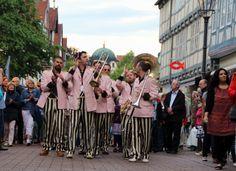 Auch im Jahr 2014 hat die Celler Streetparade viele Besucher begeistert. Hier zu sehen ist die Marchingband The OhnO! Jazzband aus den Niederlanden. Die verschiedenen Musiker garantieren wirbelnden Riffs und mitreißenden Soli.