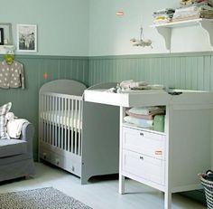 Ein Baby Zimmer in hellen Farbtonen
