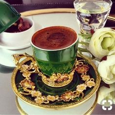 The perfect green. Good Morning Coffee, Coffee Break, Coffee Cafe, Coffee Drinks, Coffee Presentation, Arabic Coffee, Chocolates, Breakfast Tea, Turkish Coffee