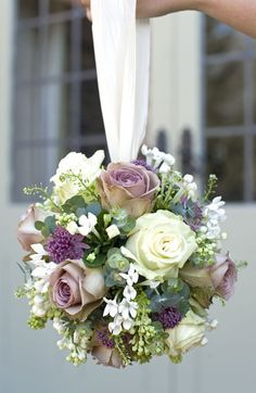 Wedding bouquet is an important bride's accessory. There are plenty different kind of flowers and seven of the most popular bridal bouquet shapes. Deco Floral, Alternative Wedding, Alternative Bouquet, Bride Bouquets, Flower Girls, Flower Girl Bouquet, Floral Wedding, Trendy Wedding, Diy Wedding