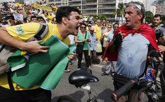 De bicicleta, um apoiador do PT é hostilizado dirante protesto contra o governo de Dilma Rousseff em Copacabana, na Zona Sul do Rio de Janeiro