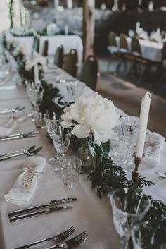 Green garland and white flowers for wedding in a barn. Green Garland, Centerpieces, Table Decorations, White Flowers, Weddingideas, Bridal Hair, Wedding Flowers, Dream Wedding, Wedding Inspiration
