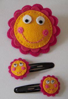 conjunto felt smiley faces- pin and barrettesfelt smiley faces- pin and barrettes Felt Diy, Felt Crafts, Fabric Crafts, Diy Crafts, Felt Hair Accessories, Diy Accessoires, Felt Hair Clips, Barrettes, Felt Decorations