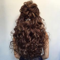 29 Natural Curly Hairstyles for Long Hair - ipinstyle Layered Curly Hair, Short Curly Hair, Curly Hair Styles, Natural Curly Hair Updos, Bride Hairstyles, Pretty Hairstyles, Bombshell Hair, Curly Hair Problems, Curly Wedding Hair