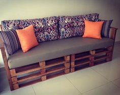 Easy pallet ideas is your free source of pallet furniture ideas and diy pallet projects made from recycled, upcycled or reclaimed wooden pallets! Diy Pallet Couch, Diy Couch, Pallet House, Pallet Chair, Pallet Benches, Sofa Couch, Garden Benches, Chair Bench, Garden Seating