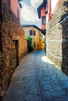 Alley in Veria town, Imathia Prefecture, central Macedonia, Greece Wonderful Places, Beautiful Places, Greece Today, Roads And Streets, Greek Beauty, Modern City, In Ancient Times, Greece Travel, Athens
