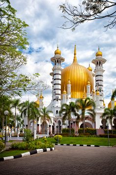 OMGosh, One of the most beautiful mosques in the world, Masjid Ubudiah in Kuala Kangsar, Malaysia (by Keris Tuah). Kuala Lumpur, Places Around The World, Oh The Places You'll Go, Places To Travel, Architecture Cool, Islamic Architecture, Ipoh, Beautiful Mosques, Beautiful Buildings