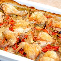 En dejlig kylling i fad med grøntsager og perlespelt, der steges en time i ovnen, og hvor hele retten tilberedes i fadet. Foto: Madensverden.dk.
