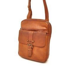 Deze cognac Small bag van het merk Berba, uit de collectie Sion is een stoere maar stijlvolle schoudertas, met een mooie vintage uitstraling. De afmeting van de