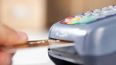 Temer autoriza lojas a cobrar mais caro no cartão de crédito