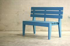 Banco de madera de pino pintado en azul griego