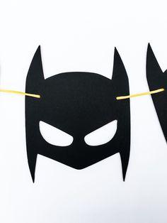 {ARTICLE INFOS} : La décoration de Batman parfait pour nimporte quel groupe de Batman ou Fan de Batman ! Il y a 8 masques Batman, chaque 5,25 po. et tendus avec chaîne de votre choix (le jaune est montré). Il mesure environ 5,5 pi (comprend une corde supplémentaire sur les côtés). Si vous souhaitez que les masques dans une couleur différente, il suffit de laisser une note au vendeur ! Tous les articles sont fabriqués avec carton et du papier sans acide libre/lignine. Consultez ma fiche po...