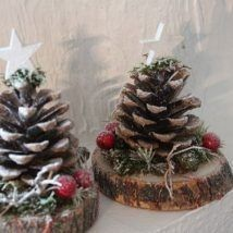 Christmas decorations with logs and pine cones Christmas Decorations Diy Crafts, Pine Cone Decorations, Christmas Crafts For Kids To Make, Decoration Table, Thanksgiving Decorations, Flower Decorations, Christmas Wreaths, Christmas Ornaments, Noel Christmas