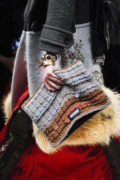 MFW | Prada F/W '17 | Accessories, knitted clutch