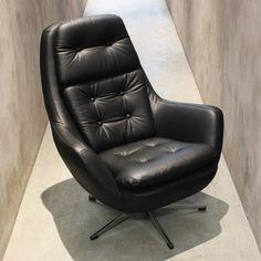 Imponente poltrona em couro por Robin Day, 1960, Inglaterra. | Imponent leather armchair designed by Robin Day, 1960s, England.  #lojateo #robinday #designingles #englishdesign #mobiliariobrasileiro #brazilianfurniture #modernariato #designmodernista #modernistdesign #midcenturydesign #anos60 #1960s #decoracao #decor #designdeinteriores #interiordesign #poltrona #armchair