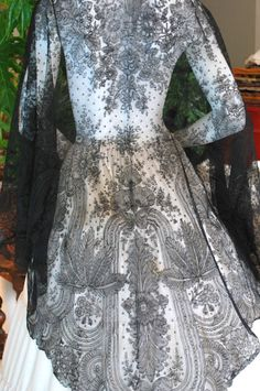 Triangular Chantilly shawl from the 5/3/2015 Ebay Alerts.