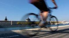 Cyclistes en Vélo'v sur les berges du Rhône à Lyon