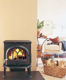 La Jøtul F 3 representa la estética tradicional de estufa Jøtul. Su aire colonial y mejorada visión de fuego la convierten en una estufa muy decorativa y óptima en tamaño, potencia (9 kW para 100 m2) y rendimiento.