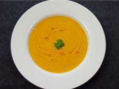 Vynikající kořeněná, pikantní polévka z červené čočky a mrkve zjemněná kokosovým mlékem vás určitě rozpálí :)