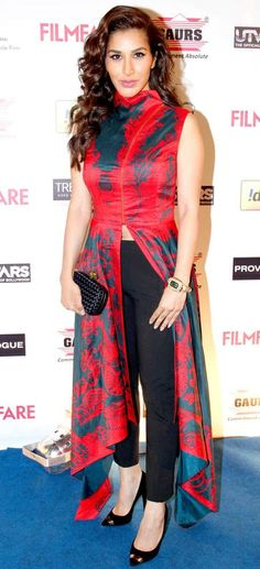 Bollywood Fashion 724938871237973989 - Sophie Choudry at the Filmfare pre-awards party. India Fashion, Ethnic Fashion, Indian Attire, Indian Wear, Pakistani Outfits, Indian Outfits, Kurta Designs, Blouse Designs, Stylish Dresses