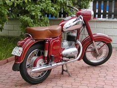 Typ silnika: 2 suw Prędkość maksymalna: 105 km/h Liczba cylindrów: 1 Waga: 132 kg . Vintage Cycles, Vintage Bikes, Vintage Motorcycles, Custom Motorcycles, Cars And Motorcycles, Vintage Cars, Brat Motorcycle, Motorcycle Engine, Retro Bike