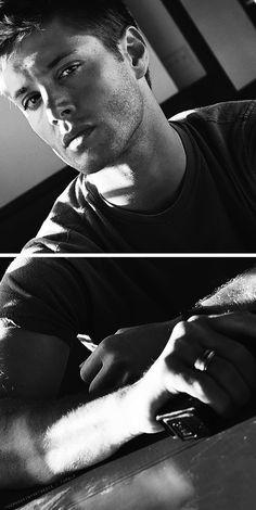 Supernatural ~ Jensen Ackles - Season One promo pic Jensen Ackles, Jared And Jensen, Winchester Boys, Winchester Brothers, Supernatural Tv Show, Winchester Supernatural, Cw Series, Good Looking Men, Photos Du