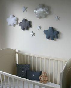 Olha que sonho essas nuvenzinhas de tecido na parede!? Inspiração para quarto de…