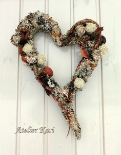 Atelier Kari naturdekorasjoner og kranser Burlap Wreath, Christmas Wreaths, Holiday Decor, Decorations, Nature, Home Decor, Atelier, Heart, Naturaleza