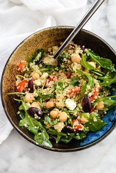 This healthy vegetarian quinoa salad makes for a simple lunch or dinner, thanks to staples like roasted red bell peppers, kalamata olives, and feta. Pasta Salad Recipes, Veggie Recipes, Diet Recipes, Vegetarian Recipes, Cooking Recipes, Healthy Recipes, Vegetarian Quinoa Salad, Quinoa Salat, Chickpea Salad