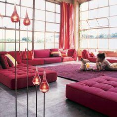 Une très belle décoration intérieure avec des coussins de sol rouges