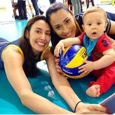 """Filho de Jaque brinca com bola em foto com a mãe e a """"titia"""" Sheilla  #globoesporte"""