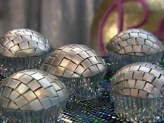 Disco Ball cupcakes with Edible Glitter. i will eat these right before my disco naps. Disco Party, Disco Cake, 70s Party, Disco Theme, Retro Party, Decade Party, Mini Tortillas, Cakepops, Cupcake Party