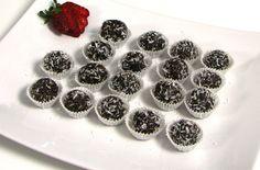 Trufe de ciocolată cu fulgi de cocos.   Reţeta o puteţi găsi aici în format text dar şi video: http://www.babyboom.ro/trufe-de-ciocolata-cu-fulgi-de-cocos/