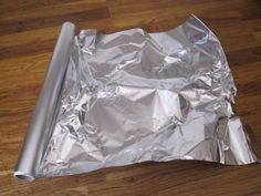 Geralmente as donas de casa têm folha de alumínio na cozinha.  Ela tem várias utilidades, uma dela é cobrir alimentos.  Há também que use folha de alumínio para cozinhar batatas, por exemplo.