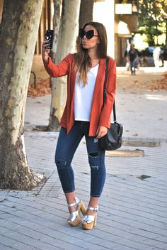 Casual chic office fall outfit. Caoba blazer. Skinny jeans and silver sandals. Cat eye sunglasses. Trendencies