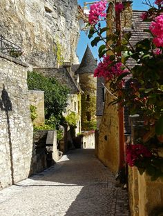 Beautiful villages of Dordogne Valley, La Roque-Gageac, France (by m.yvalleylil1).