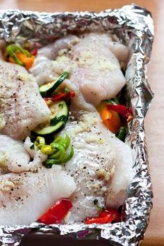 Dorsz pieczony na warzywach to zdrowy, smaczny i szybki obiad. Jemy coraz więcej ryb i powoli przekonuję się do nowych gatunków. Tym raze... Vegan Junk Food, Vegan Sushi, Vegan Smoothies, Polish Recipes, Kitchen Recipes, Easy Cooking, Vegan Recipes, Dinner Recipes, Veggies