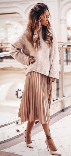 #spring #outfits woman wearing sweatshirt with pleated skirt with stiletto shoes. Pic by @styleillustration.best