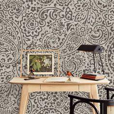 Exposez le style vintage directement… sur vos murs ! Ce motif peut se porter autant sur votre peau que sur les cloisons de votre pièce. #astucedeco #decovintage #decopaisley #decoretro #papierpeint #papierpeintpaisley