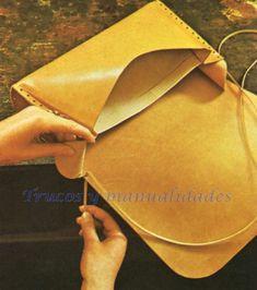 Proceder al cosido de los costados con el cuerpo del bolso y rematar los extremos de la tira con un nudo. Share on FacebookShare on Google+Share on TwitterShare on Pinterest