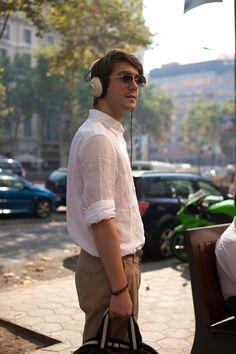 Street style. Camisa de lino y headphones. Barcelona, tendencias.