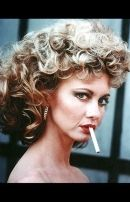 Olivia Newton-John as Sandy being bad girl in Grease Sandy Grease, Sandy From Grease Makeup, Olivia Newton John Grease, John Newton, Female Movie Characters, Movie Character Costumes, Fictional Characters, Up Imagenes, Rihanna