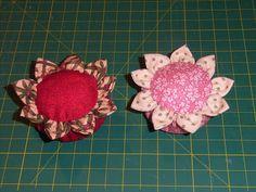Una de mis compañeras de costura apareció un día en clase con un alfiletero en forma de flor hecho de tela. Un detalle sencillo pero que a ...